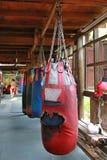 Boxas att hänga för sandpåsar royaltyfri bild