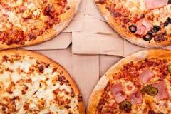 Boxas den övre sikten för det bästa slutet av fyra pizza i vagn Royaltyfria Foton