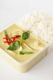 Away mat för thailändsk take, grön curry med rice royaltyfria bilder