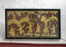 Boxas guld- lättnad av soldater på kriget, Cantonese aula i Hoi An royaltyfria bilder