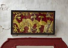 Boxas guld- lättnad av soldater på kriget, Cantonese aula i Hoi An arkivfoton