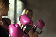 boxas lycklig leendekvinna Arkivfoton
