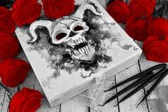 Boxas med det onda djävulska monstret på räkningen, svartstearinljusen och de röda rosorna Arkivfoton