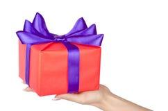 Boxas med en gåva i händerna av kvinnan Royaltyfria Foton