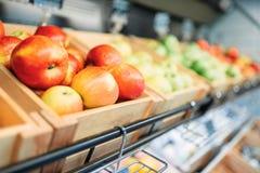 Boxas med frukter på ställning i matlagret, inget royaltyfri fotografi