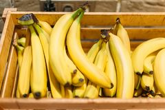 Boxas med mogna bananer i matlagret, inget royaltyfri bild