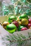 Boxas med röda, guld- och gröna julbollar vita röda stjärnor för abstrakt för bakgrundsjul mörk för garnering modell för design Royaltyfri Fotografi