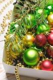 Boxas med röda, guld- och gröna julbollar vita röda stjärnor för abstrakt för bakgrundsjul mörk för garnering modell för design Royaltyfria Foton