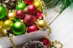 Boxas med röda, guld- och gröna julbollar vita röda stjärnor för abstrakt för bakgrundsjul mörk för garnering modell för design Royaltyfri Foto