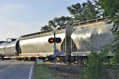 Boxcars och olje- behållare på korsningen Royaltyfri Bild