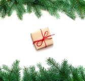 Boxe подарка рождества и ветвь ели на белой предпосылке Взгляд сверху Стоковые Фотографии RF