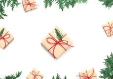 Boxe подарка рождества и ветвь ели на белой предпосылке Взгляд сверху Стоковое фото RF