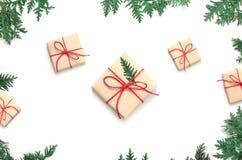 Boxe подарка рождества и ветвь ели на белой предпосылке Взгляд сверху Стоковая Фотография RF