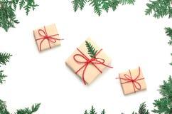 Boxe подарка рождества и ветвь ели на белой предпосылке Взгляд сверху Стоковые Изображения RF