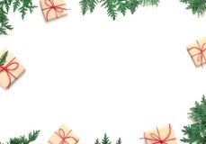 Boxe подарка рождества и ветвь ели на белой предпосылке Взгляд сверху Стоковые Фото