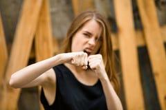 Boxe attrayante de jeune femme Image stock
