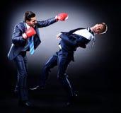 Boxe d'homme d'affaires de deux jeunes Image stock
