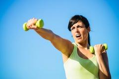 Boxe de femme de forme physique avec des haltères Photographie stock libre de droits
