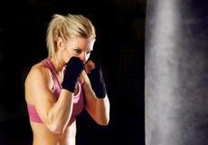Boxe de fille de forme physique Photo stock