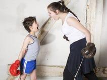 Boxe de garçon et de fille Images stock