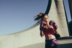Boxe de pratique de jeune femme musculaire photographie stock libre de droits