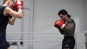 Boxe de treino no anel com os lutadores do counterstroke e do counterbow dois no clube da luta filme