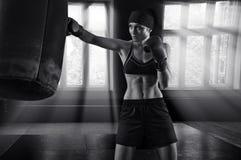 Boxe fantastique de sportive dans un gymnase Photographie stock libre de droits