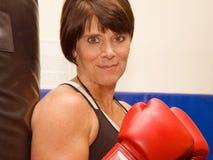 Boxe mûre de femme Photographie stock libre de droits
