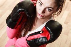 Boxe sportive convenable de femme Photographie stock libre de droits