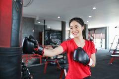 Boxeador asiático de las mujeres hermosas feliz y boxeo y retruécano de la aptitud de la diversión foto de archivo