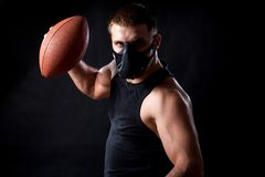 Boxeador atlético del hombre con la bola de rugbi Imágenes de archivo libres de regalías