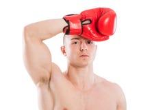 Boxeador cansado que limpia el sudor de su frente Foto de archivo