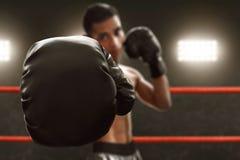 Boxeador con los guantes de boxeo negros imagenes de archivo