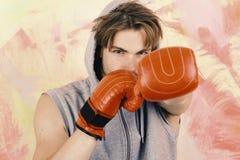 Boxeador con los trenes confiados de la cara a perforar Deportes y lucha fotografía de archivo