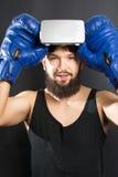 Boxeador con los vidrios de VR y los guantes azules Imagen de archivo libre de regalías