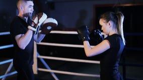 Boxeador de la muchacha que habla con el coche en gimnasio metrajes