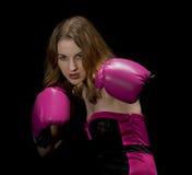 Boxeador de la mujer aislado en negro Imagen de archivo