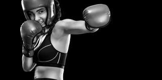Boxeador de la mujer que lucha en jaula del boxeo Aislado en fondo negro Copie el espacio Foto blanco y negro de Pekín, China Imagenes de archivo