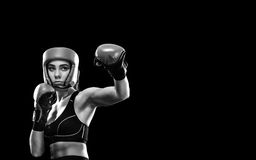 Boxeador de la mujer que lucha en jaula del boxeo Aislado en fondo negro Copie el espacio Foto blanco y negro de Pekín, China Fotos de archivo