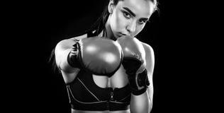 Boxeador de la mujer que lucha en jaula del boxeo Aislado en fondo negro Copie el espacio Foto blanco y negro de Pekín, China Imágenes de archivo libres de regalías