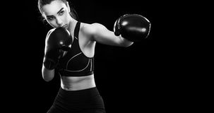 Boxeador de la mujer que lucha en jaula del boxeo Aislado en fondo negro Copie el espacio Foto blanco y negro de Pekín, China Con Fotos de archivo libres de regalías