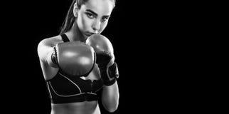 Boxeador de la mujer que lucha en jaula del boxeo Aislado en fondo negro Copie el espacio Foto blanco y negro de Pekín, China Con Imagen de archivo libre de regalías