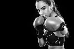 Boxeador de la mujer que lucha en jaula del boxeo Aislado en fondo negro Copie el espacio Foto blanco y negro de Pekín, China Con Imagenes de archivo