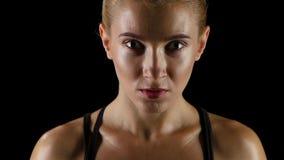Boxeador de la mujer que se prepara para la lucha Una mirada en el enemigo metrajes