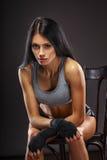 Boxeador de la mujer que se sienta en silla Foto de archivo libre de regalías