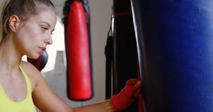 Boxeador de sexo femenino agotado mientras que boxeo en el estudio 4k de la aptitud metrajes