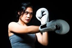 Boxeador de sexo femenino asiático Imagenes de archivo