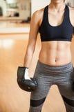 Boxeador de sexo femenino con ABS entonado en un gimnasio Fotografía de archivo