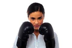 Boxeador de sexo femenino con mirada seria en su cara fotos de archivo