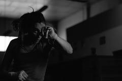 Boxeador de sexo femenino enérgico que lucha en gimnasio imagenes de archivo